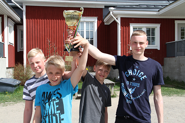Historiallinen voitto Stafettkarnevalenissa Västanfjärdin koululle