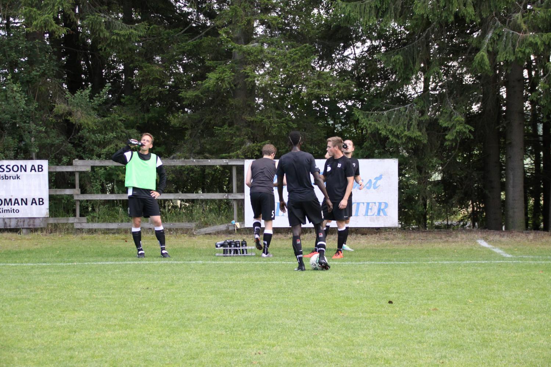 Boda-spelarna lär få vänta på slutresultatet. Sven Ivars (längst till vänster) berättar att han inte vet vad som kommer att hända.